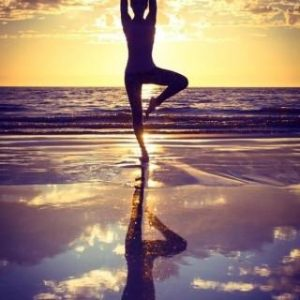 Équilibre sur une jambe au coucher du Soleil